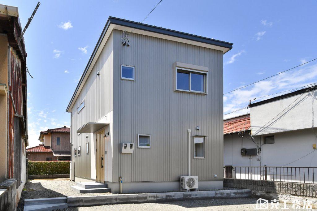 小さな路地沿いのほっこりする家